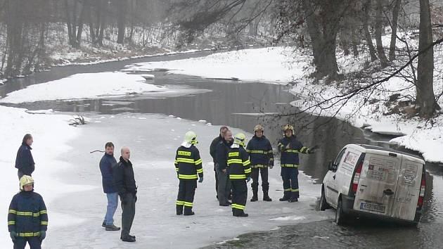 Řidič zkušeně zaparkoval v korytě řeky.
