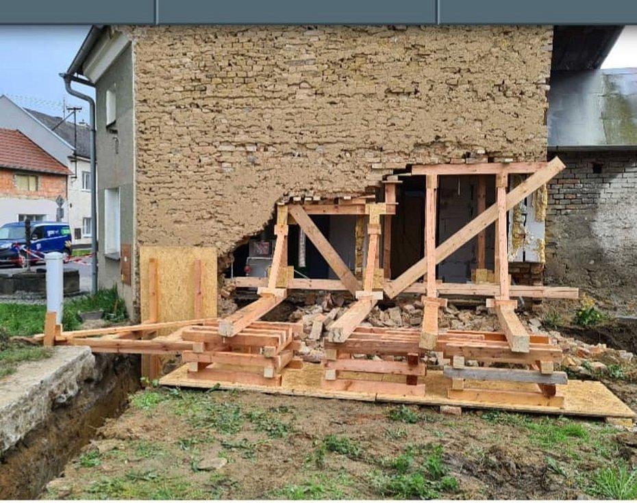 V Křelově se sesunula zeď domu do výkopu, 15. května 2021