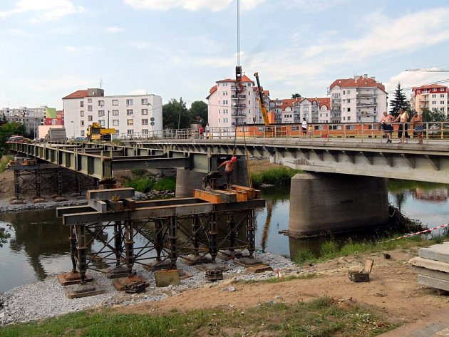 Náhradní most bude hotov v neděli 24. června.