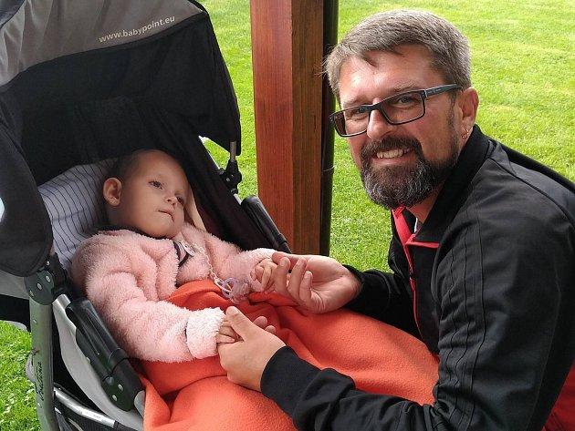 Iniciátor projektu Děti dětem Rostislav Vaněk a postižená Elenka