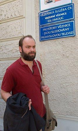 Bývalý řidič olomoucké MHD Roman Smetana, odsouzený za pomalování plakátů politiků, ve čtvrtek opustil věznici vOlomouci.
