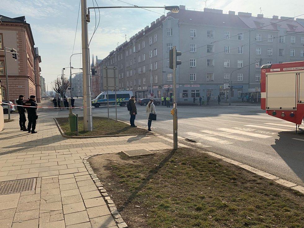 Policie uzavřela od 10.30 ulici před soudem pro dopravu, včetně tramvají. Policie bude prohledává také okolí soudu.