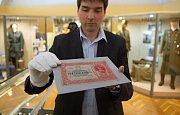 a přísných bezpečnostních opatření se na výstavu do olomouckého Vlastivědného muzea vrátila vzácná československá pětitisícovka, která z něj byla před 10 lety ukradena