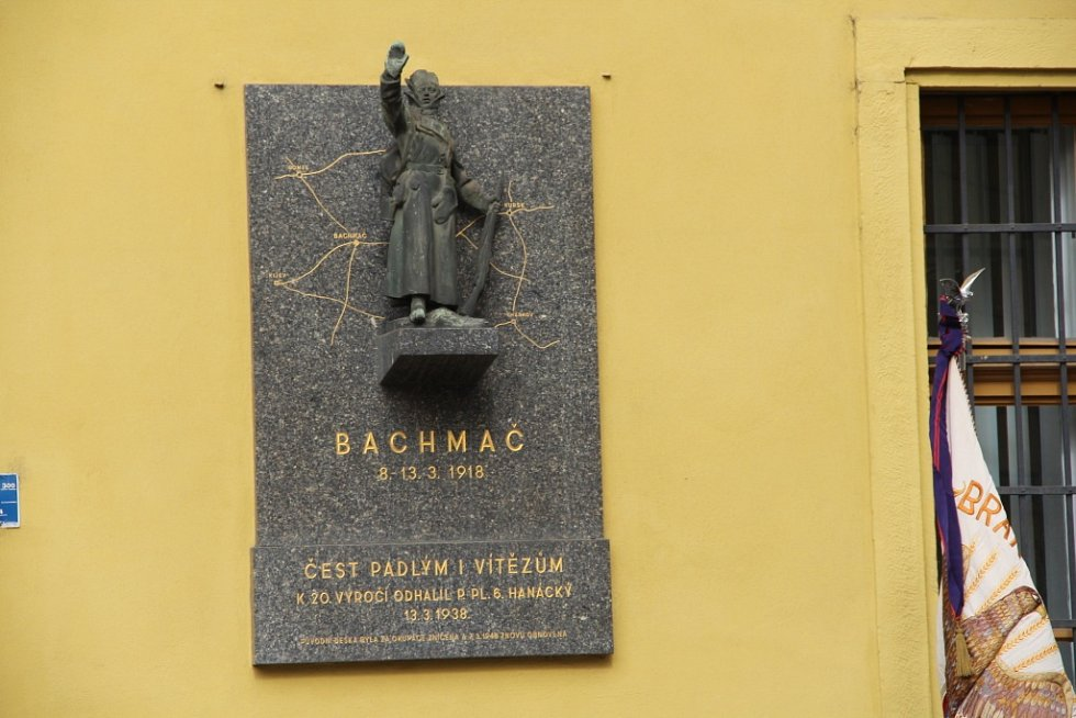 Krátký proslov zazněl i před Hanáckými kasárnami, kde je pamětní deska padlým v bitvě u Bachmače, kde bojoval 6. Hanácký pluk.