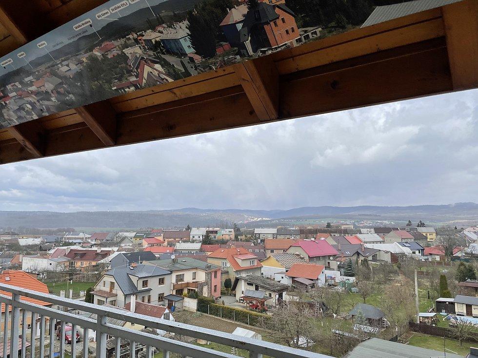 """Rozhledna """"Božka"""" v Přáslavicích po zimě přivítala první návštěvníky, 3. dubna 2021"""