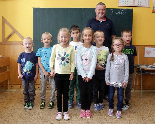 Žáci první třídy ze ZŠ Štarnov spanem učitelem Jiřím Husákem