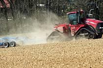 Traktor v oblacích prachu - jarní práce na Hané, duben 2020. Ilustrační foto