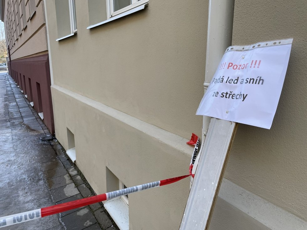 Pozor, v Olomouci padá led ze střech