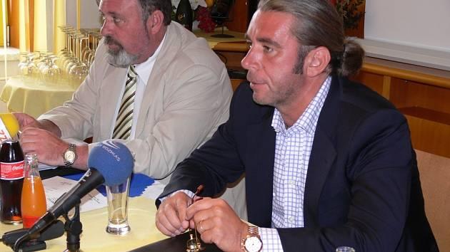 Předseda dozorčí rady Agelu Tomáš Chrenek (vpravo) a předseda představenstva Petr Vaněk na středeční tiskové konferenci.