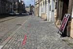 Vyznačené zúžení chodníků po plánované rekonstrukci ulice 8. května v Olomouci. Akce opozice v létě 2019 chtěla upozornit na slabiny projektu