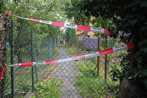 Volomoucké městské části Svatý Kopeček město rozprodalo uličku mezi zahrádkami majitelům okolních pozemků. Lidé, kteří zkratku využívali, se postavili proti