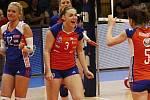Veronika Trnková (uprostřed) a Šárka Kubínová (vpravo). Volejbalistky Olomouce (v oranžovém) vyhrály druhý zápas finálové série v Prostějově 3:1.