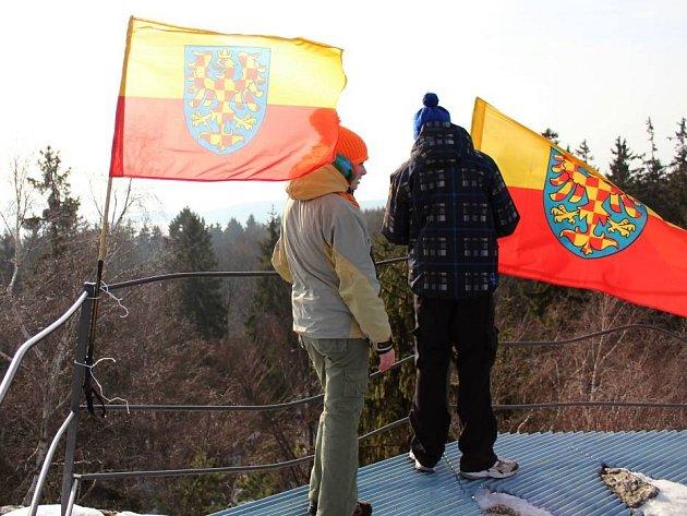 Moravská vlajka na vrcholu Bradla