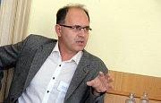 DENÍK BUS - debata v salonku Městského domu v Přerově. Politolog Pavel Šaradín