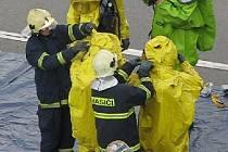 Hasiči cvičili likvidaci látky s virem.