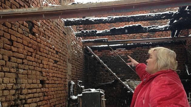 Marta Jandová a její nejbližší přišli na Nový rok o střechu nad hlavou. Plameny zničily velkou část domu a nad zbylou částí teprve vynese ortel statik.