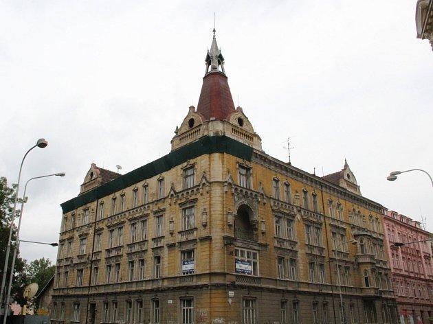 Fasádu domu na rohu Komenského a Dobrovského ulice v Olomouci už v minulosti zabezpečoval statik