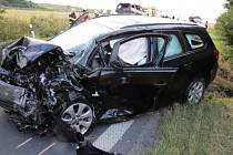 Tragická nehoda u Krčmaně. Ridič renaultu přejel do protisměru, náraz do Opelu Astra nepřežil
