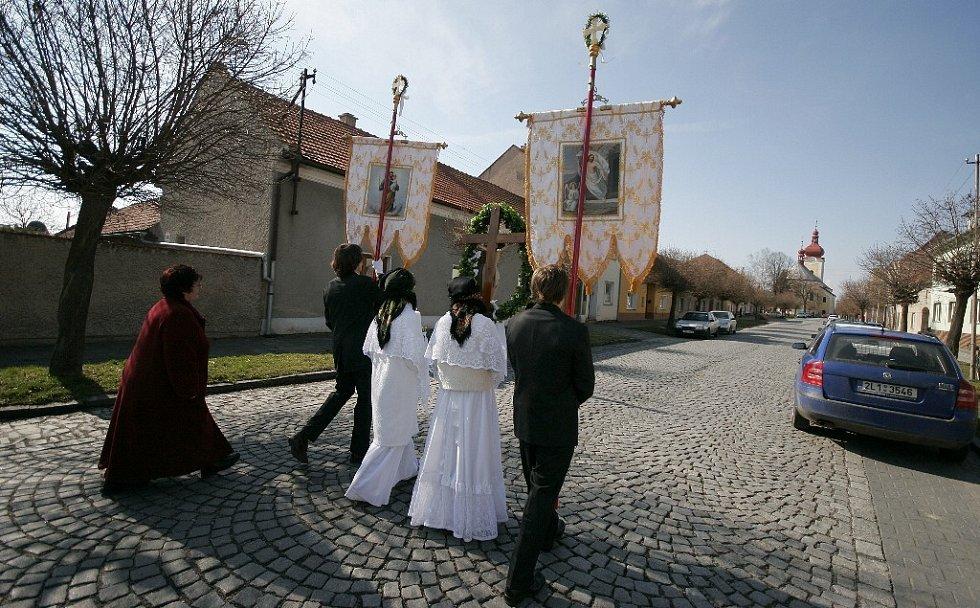 Průvody prochází Bohuňovicemi až ke kostelu.