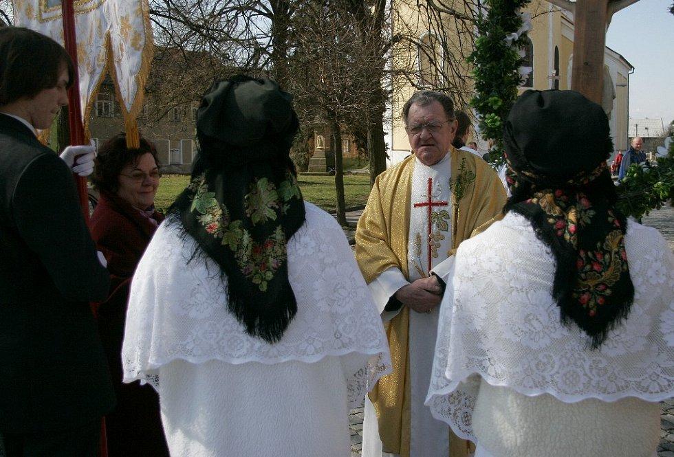 Každý průvod přivítá bohuňovický farář.