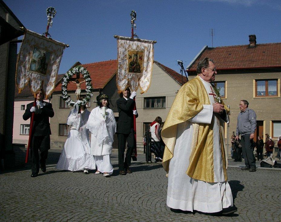 Farář poté doprovodí každý průvod až do kostela.