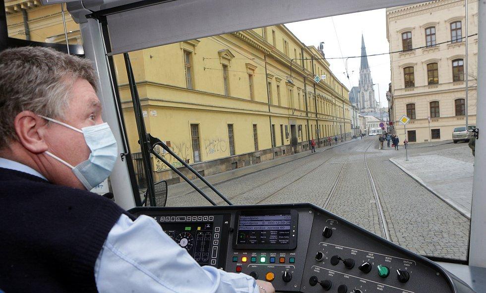 Tramvaj na trati přes náměstí Republiky. 4. prosince 2020