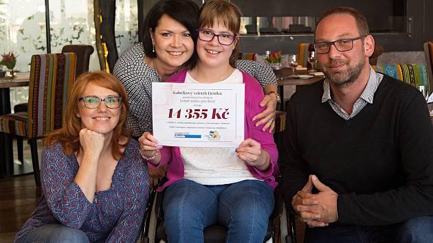 Příspěvek z Kabelkového veletrhu:  14355 korun pomůže Terezce Vránové z Olomouce (uprostřed) při speciálních rehabilitacích