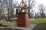 Stavba nové dřevěné zvoničky v Bezručových sadech v Olomouci.
