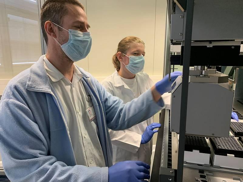 Laboratoř experimentální medicíny Ústavu molekulární a translační medicíny (ÚMTM) Lékařské fakulty Univerzity Palackého začala testovat vzorky na koronavir. Zanalyzovat jich dokáže až 1000 za den.