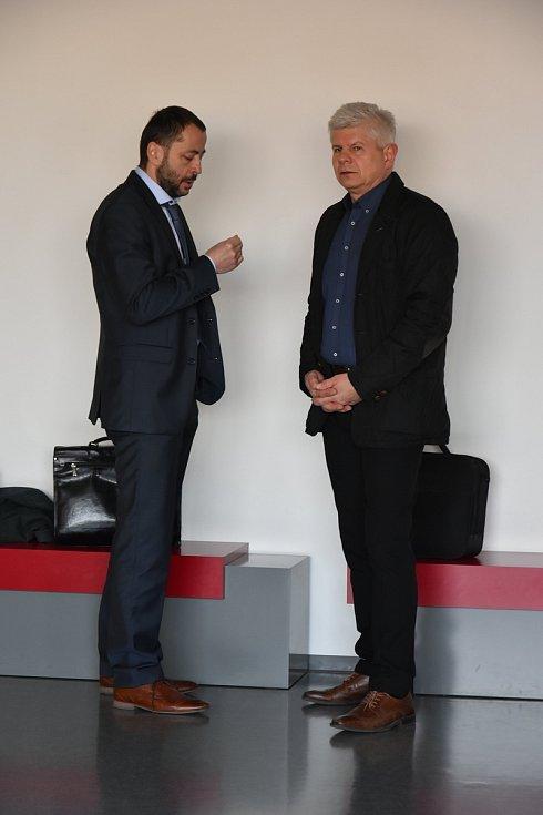 Ivan Kovářík (vpravo) se svým obhájcem. Kauza nezdaněného lihu u krajského soudu v Olomouci, 22.3. 2019
