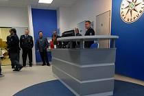 Nová služebna: zamřížovanou přepážku vystřídal stylový pult s civilním zaměstnancem.
