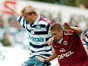 Sigma - Sparta 1:0, květen 1998. Marek Heinz (vlevo) v souboji s Petrem Papouškem ze Sparty