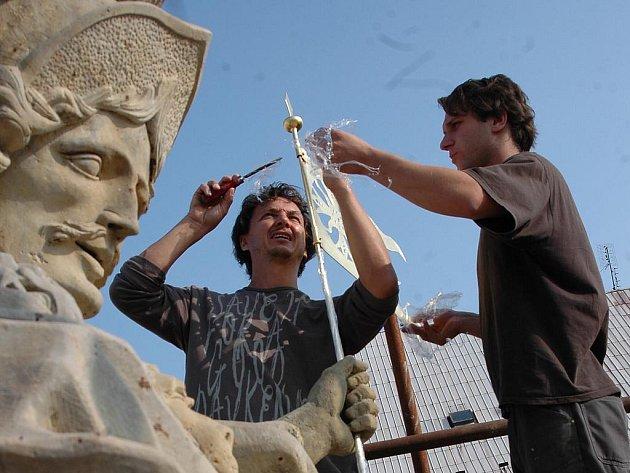 Šestimetrová plastika svatého Floriána