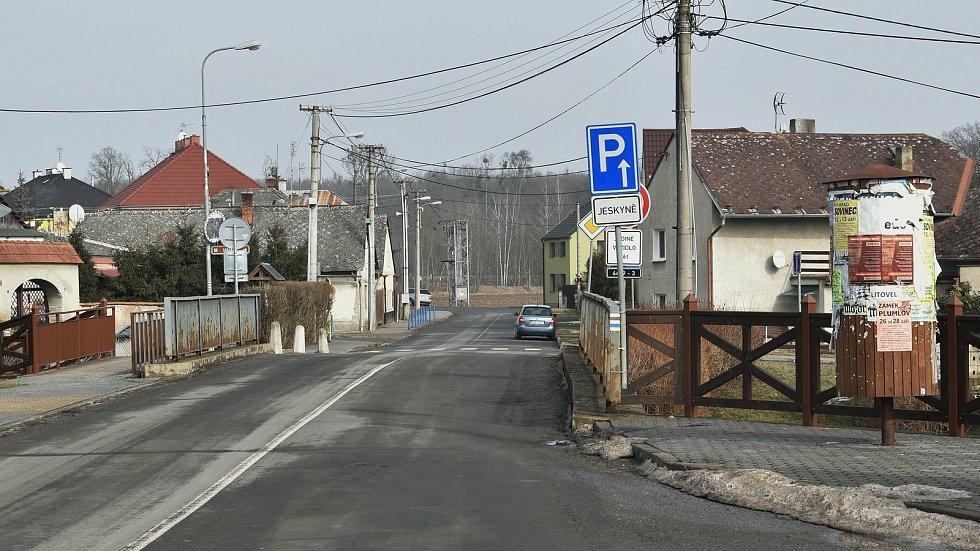 Mladeč. Cesta k dálnici, hned za mostem lze odbočit k místnímu fotbalovému hřišti