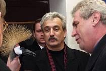 Miloš Zeman v roce 1996 pokřtil v olomoucké zoo jeřába jménem Bimbo. Na snímku s tehdejším ministrem kultury jeho vlády Pavlem Dostálem, olomouckým divadelníkem.