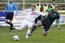 Fotbalisté Holice (v bílém) remizovali s Petřkovicemi 0:0. Ondřej Buček (vlevo) a David Puškáč