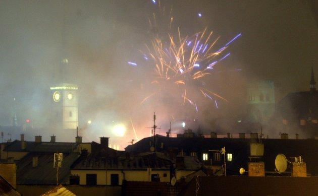 Mlhavé počasí příliš nepřálo novoročnímu ohňostroji 2017 v Olomouci.