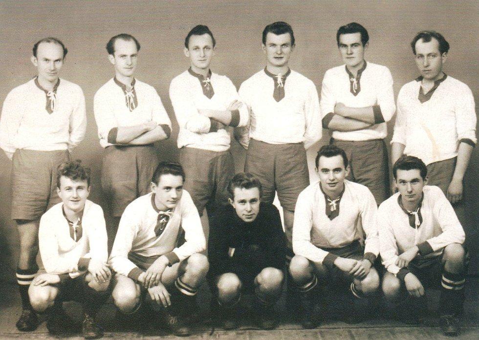 Litovelský tým, který v roce 1951 postoupil do krajského přeboru, tehdy druhé nejvyšší soutěže v republice.