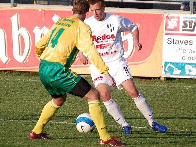 Záložník 1. HFK Olomouc Jaromír Grim se probíjí do šestnáctky přes sokolovského stopera Tomáše Hubera v utkání 20. kola 2. ligy.