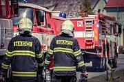 Hasiči zasahují u rozsáhlého požáru střechy bývalé fary v Hnojících