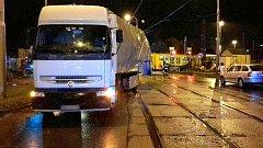 Srážka vlaku s náklaďákem v Pavlovické ulici v Olomouci