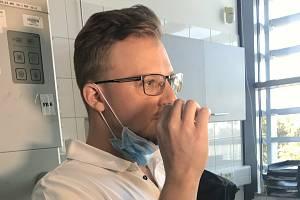 """K provedení nového """"olomouckého"""" testu je potřeba udělat výtěr z nosu odběrovou štětičkou, která se zasune kořene nosu, kde je virová nálož největší."""