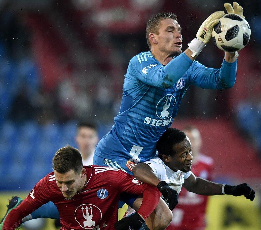 Utkání 19. kola první fotbalové ligy: Baník Ostrava - Sigma Olomouc, 14. prosince 2018 v Ostravě. Na snímku (zleva) Lukáš Kalvach, brankář Olomouce Miloš Buchta a Dame Diop.