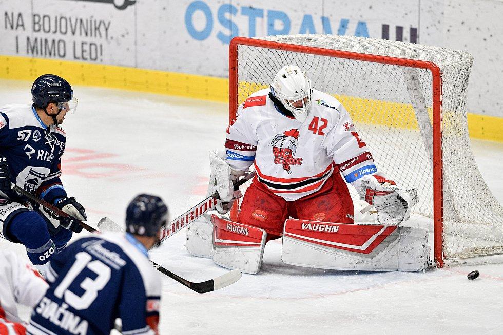 Utkání 38. kola hokejové extraligy: HC Vítkovice Ridera - HC Olomouc, 22. Ledna 2021 v Ostravě. (zleva) Jan Hruška z Vítkovic a brankář Olomouce Branislav Konrád.