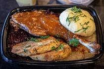 Konfitované husí stehno, bramborový a karlovarský knedník, červené a bílé zelí. I takto může vypadat svatomartinské menu s sebou. Ilustrační foto
