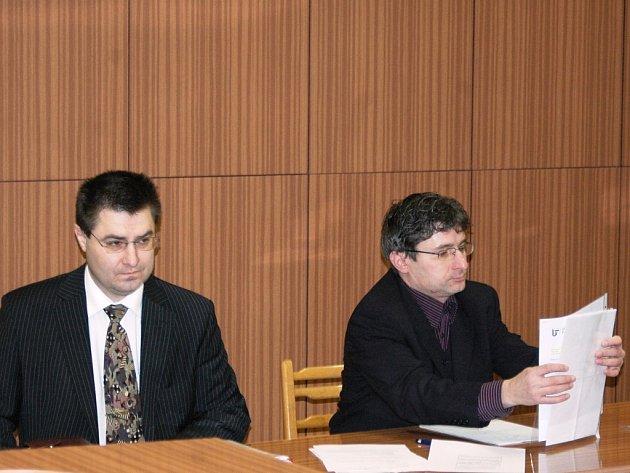 Bývalý ředitel úřadu práce Krystýn (vlevo).
