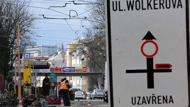 Uzavírka Wolkerovy ulice v centru Olomouce kvůli opravě tramvajové trati