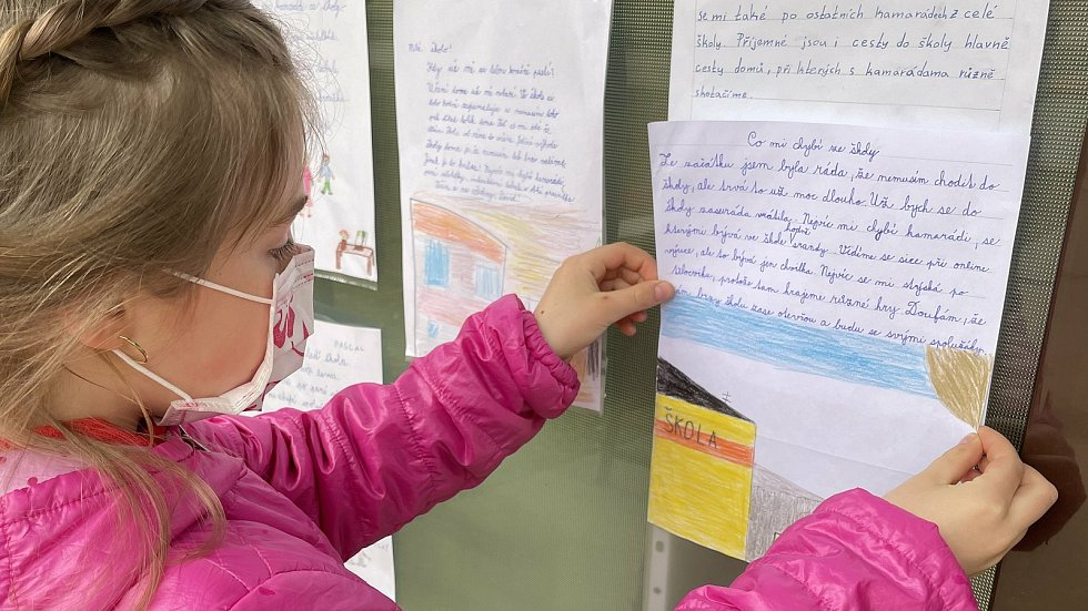 Děti v Blatci píší vzkazy své škole.  Anička, žákyně třetí třídy, 29. března 2021