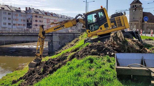 Příprava stavby protipovodňových opatření v okolí mostu v Komenského ulici v Olomouci. 10. dubna 2018
