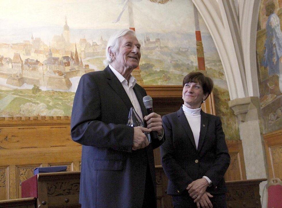 """Karel Brückner na olomoucké radnici, kde od Květy Jeriové-Peckové převzal evropskou cenu """"Spirit of fair-play"""""""